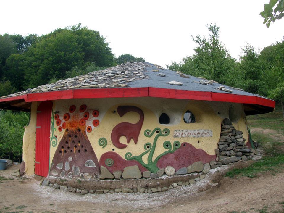 (Video) Casa Vulcanilor din România, o construcție ecologică din cob, adică pământ galben, paie și apă 5