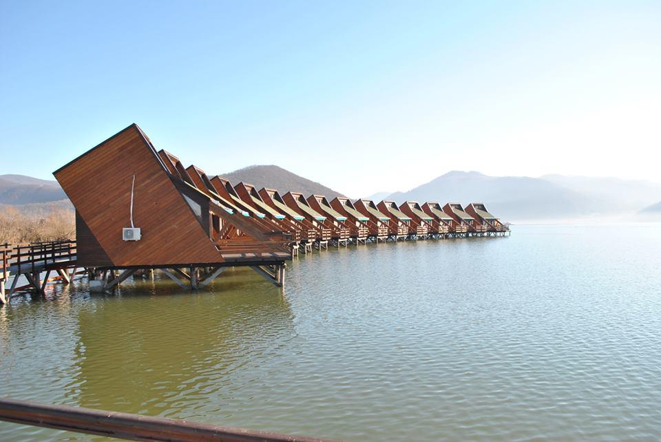 (Foto) Satul plutitor din România, unic în Europa, este deschis. Vezi cum arată în interior și cât costă o cameră: 1