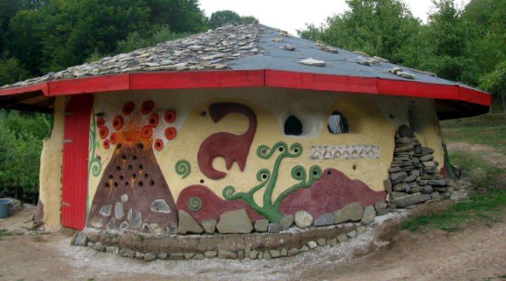 (Video) Casa Vulcanilor din România, o construcție ecologică din cob, adică pământ galben, paie și apă 1