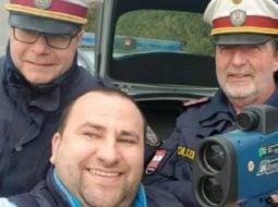 """Șofer român amendat în Austria, face selfie cu polițiștii și postează pe Facebook: """"Ca sa înțeleagă toți șoferii din România, când ești vinovat plătești…nu cauți motive. Poliția austriacă m-a ..."""" 35"""