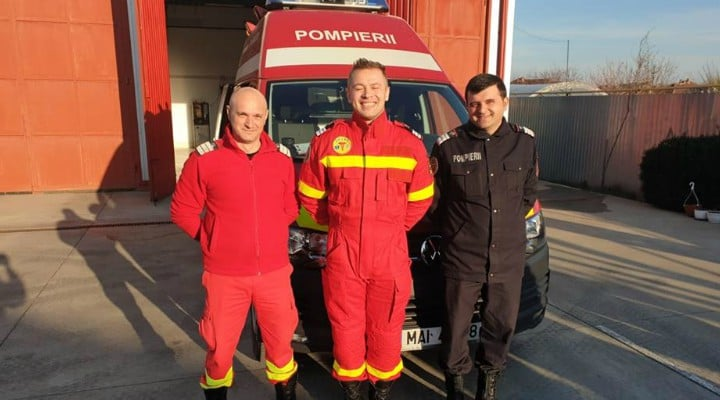"""3 pompieri din România au devenit moașe pentru un bebeluș. ISU: """"Era trecut de ora 12 noaptea când au fost solicitați sa preia o pacientă gravidă de 37 de ani. Misiunea părea simplă, transport la maternitate. Au ajuns la adresă au preluat pacienta și au ..."""" 1"""