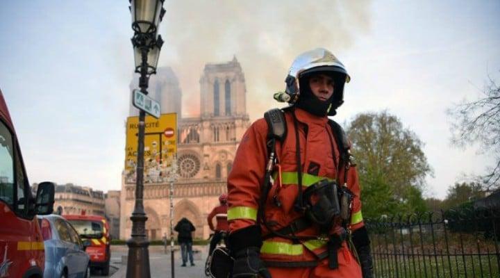 """Ştefan, voluntarul român care a fost în prima linie, la incendiul de la Notre Dame. """"Le era frică pompierilor că se va prăbuşi catedrala pe ei. Nu îmi venea să cred! Era o imagine impresionantă! A fost o ..."""" 1"""