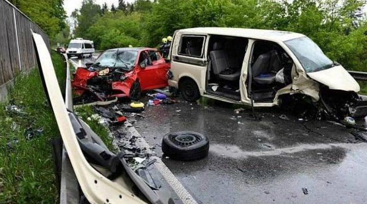 Microbuz românesc, accident mortal în Germania. Trei români grav răniți, 3 maşini făcute praf 1