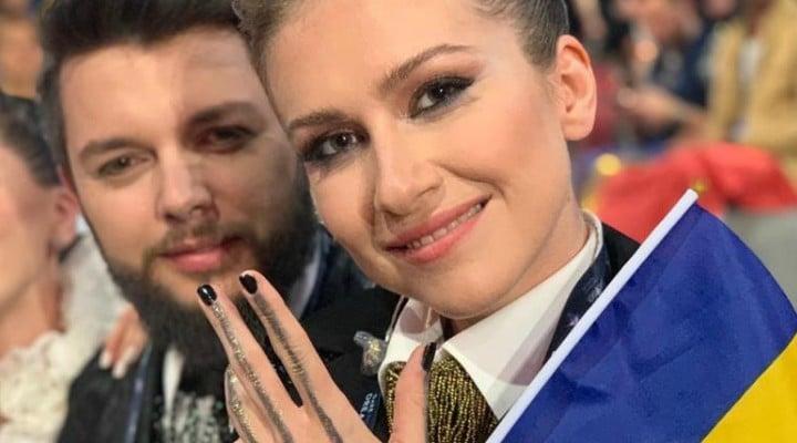 """România nu este în finala Eurovision! Laura: """"Copila mea, născuta in Suedia cu tata italian a făcut galerie pentru România toată seara. A sunat și a votat in disperare ( o sa ma coste dar merită...) iar la sfârsit a plâns cu sughițuri vreo 20 de minute fiindcă Ester Peony nu s-a calificat in finala...Printre lacrimi mi-a spus """" nu ne-a votat nimeni fiindcă nimănui nu-i place de noi, fiindcă noi suntem conduși de ..."""" 1"""