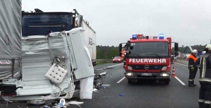 Şofer român în Germania dat jos de la volan, cu forţa, de polițist ca să se uite la victima unui accident mortal 24
