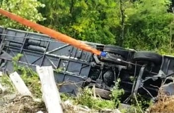 (Foto) Accident grav. Români într-un autocar cu 60 de persoane răsturnat în Italia. Autobuzul cu doua etaje a căzut într-o râpă 4