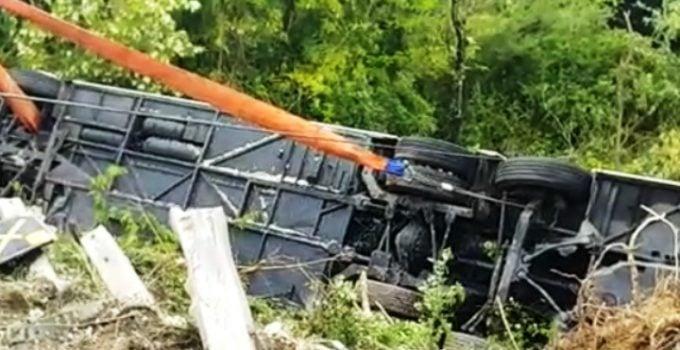 (Foto) Accident grav. Români într-un autocar cu 60 de persoane răsturnat în Italia. Autobuzul cu doua etaje a căzut într-o râpă 18
