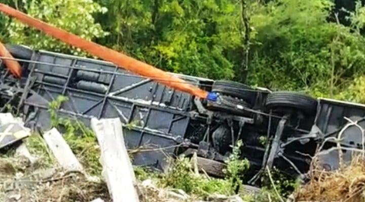 (Foto) Accident grav. Români într-un autocar cu 60 de persoane răsturnat în Italia. Autobuzul cu doua etaje a căzut într-o râpă 1