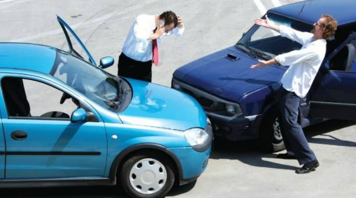 """Răzvan Chiruță: """"Cineva ne-a lovit mașina într-o parcare publică, azi, în Târgu Jiu, în timp ce noi eram în altă parte. După ce am văzut lovitura, șoc.  O fată ne aștepta..."""" 1"""