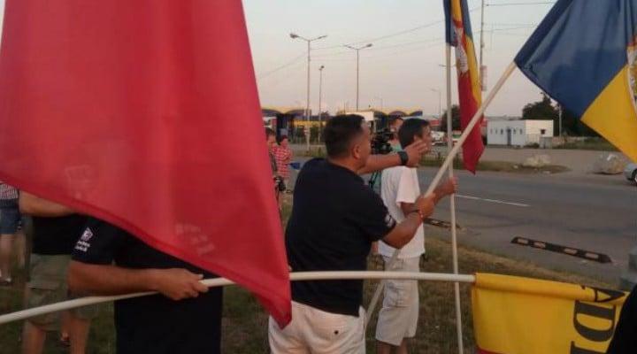 (VIDEO) Prima coloană de mașini cu români veniți pentru mitingul din 10 august a fost întâmpinată la Vama Borș 1