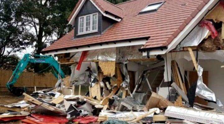 """(Foto) Românul din Marea Britanie care a distrus cu excavatorul case în valoare de 4 milioane de lire, la Londra, a pledat nevinovat: """"Râdea şi făcea poze"""" 4"""
