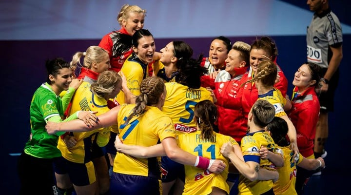 """Traian Băsescu: """"România are şi lucruri extraordinar de frumoase ... există şi o Românie frumoasă, cu oameni extraordinari, devotaţi şi mândri . Am văzut şi meciurile fetelor noastre cu Cehia şi cu Germania, meciuri pe care le-au câştigat, dar în ambele meciuri au avut acea uşoară demobilizare spre final care a permis adversarelor să reducă diferenţa la 3 respectiv 4 goluri. Pe norvegience însă, nu le-au..."""" 1"""