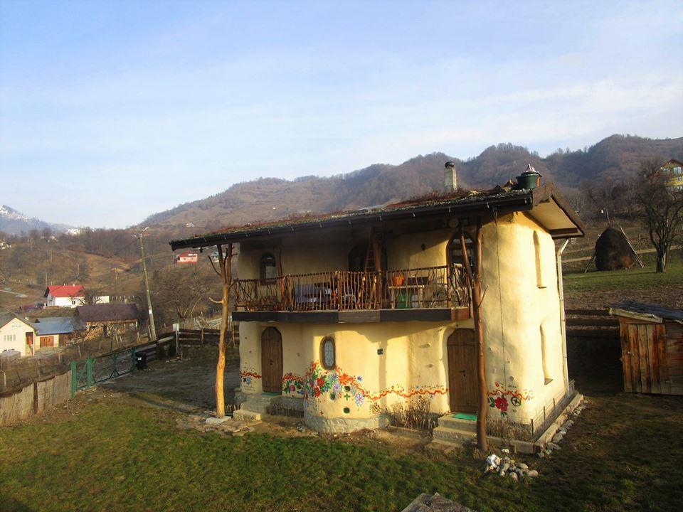 O frumusețe de casă din România construită din baloți de paie, integral din materiale naturale, ecologice şi reciclate, majoritatea procurate local. Vezi aici foto: 7