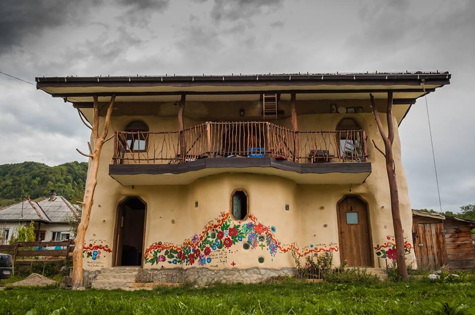 O frumusețe de casă din România construită din baloți de paie, integral din materiale naturale, ecologice şi reciclate, majoritatea procurate local. Vezi aici foto: 6