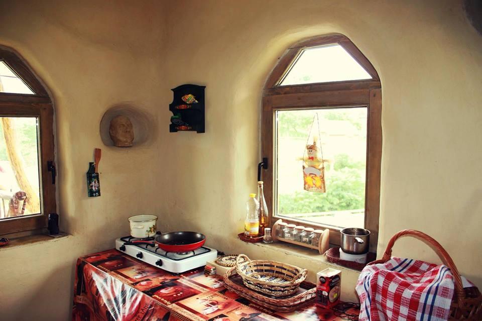 O frumusețe de casă din România construită din baloți de paie, integral din materiale naturale, ecologice şi reciclate, majoritatea procurate local. Vezi aici foto: 5