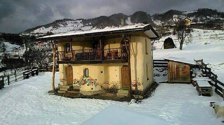 O frumusețe de casă din România construită din baloți de paie, integral din materiale naturale, ecologice şi reciclate, majoritatea procurate local. Vezi aici foto: 1