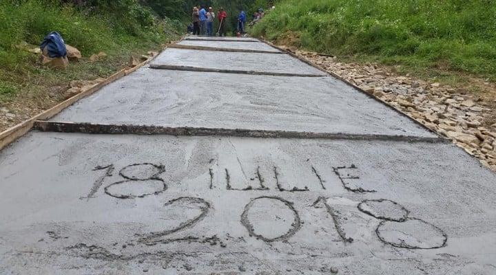 Sătenii dintr-o localitate din România s-au apucat singuri să-și facă drum. Au adunat bani și s-au apucat de lucru 3