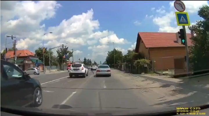 (Foto) O tânără bezmetică din România intră cu capul într-o mașină și cade inconștientă în mijlocul străzii 2