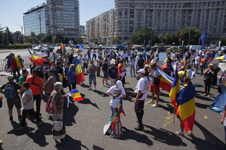 """(Foto) Protest Diaspora Romania. Oamenii vin în valuri în Piaţa Victoriei: """"Nu cedăm!""""Ardelenii se adună în Piața Universității: """"No, amu-i bai"""" 1"""