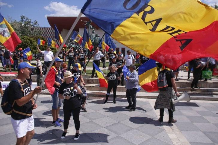 """(Foto) Protest Diaspora Romania. Oamenii vin în valuri în Piaţa Victoriei: """"Nu cedăm!""""Ardelenii se adună în Piața Universității: """"No, amu-i bai"""" 2"""