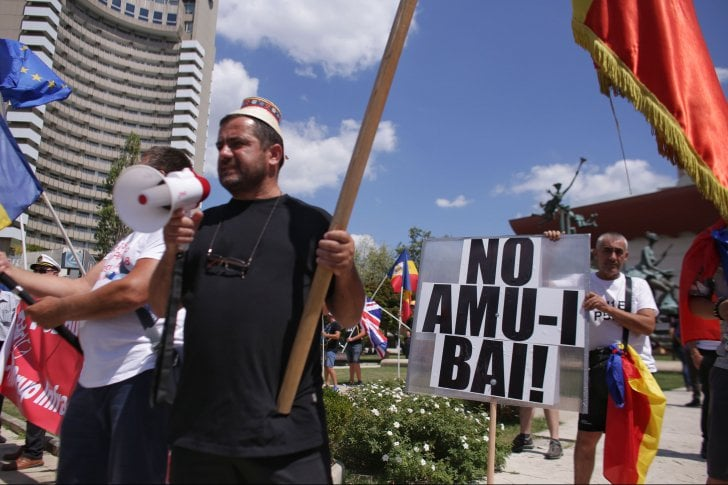 """(Foto) Protest Diaspora Romania. Oamenii vin în valuri în Piaţa Victoriei: """"Nu cedăm!""""Ardelenii se adună în Piața Universității: """"No, amu-i bai"""" 3"""