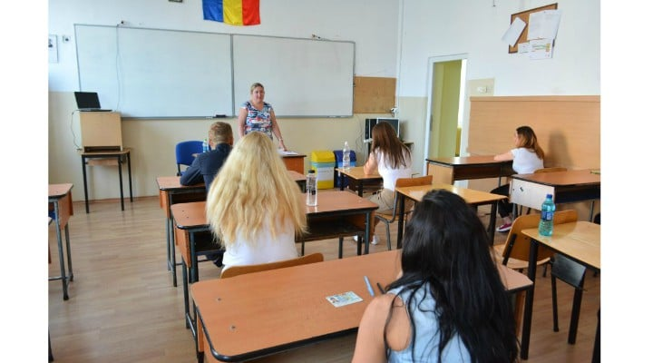 """Profesoara Cristina Tunegaru: """"Imaginați-vă trei copii de clasă pregătitoare, îmbrăcați frumos pentru prima zi de școală, bucuroși și nerăbdători. Fără să știe ce îi așteaptă. Dintre ei, doar unul va promova Bacalaureatul. Pe ceilalți sistemul îi ..."""" 1"""