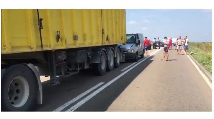 Foto Accident. Oameni întinși pe câmp după ce un șofer de TIR a oprit brusc pe șosea, pe DN 38 6