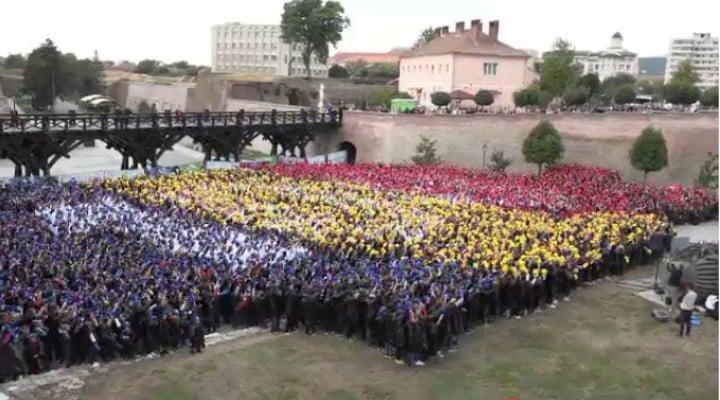 (Video) 4800 de români au cântat imnul la unison. RECORD MONDIAL la  ALBA IULIA! Puzzle cu peste 4800 de oameni, așezați în forma hărții României 1