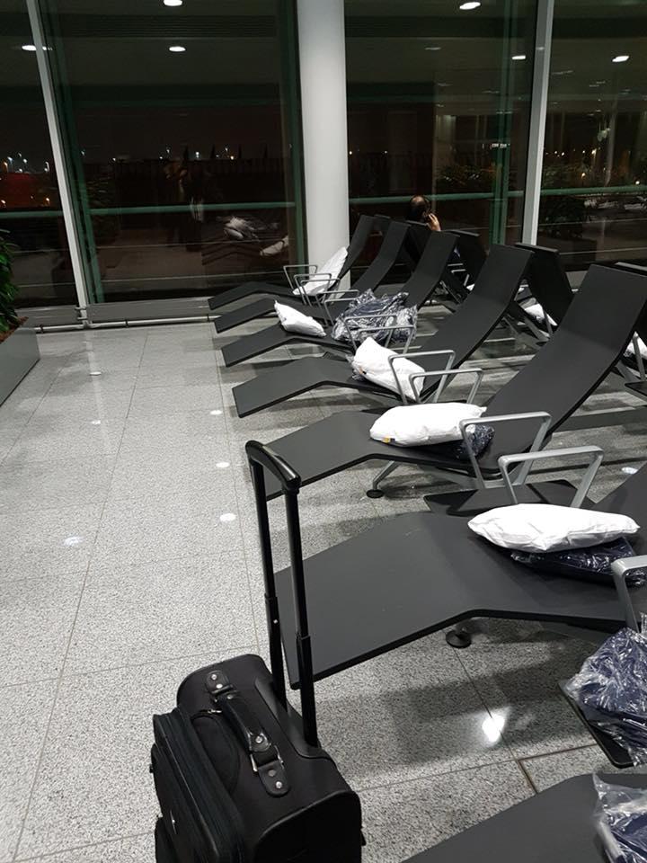 """De la Munchen în România, cu Lufthansa. Adriana Ghita: """"2 a.m.: scuze, dar noi în Germania nu zburăm noaptea. Asta știam și noi, dar ce ne-ai mai urcat în avion? ... Pustiu peste tot, doar noi românașii și câțiva străini rătăciți. Luați loc, mai luați o apă, hai și un kit-kat, hai și un măr; la 5 a.m. vin ai noștri la"""" .... 6"""