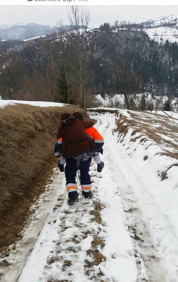 """(Video) Dumitru Ignat,Ambulanţierul care a cărat în spate o bătrână trebuie să dea explicaţii pentru încălcarea protocolului: """"Un erou. Mi se pare o chestiune care frizează absurdul"""" 1"""