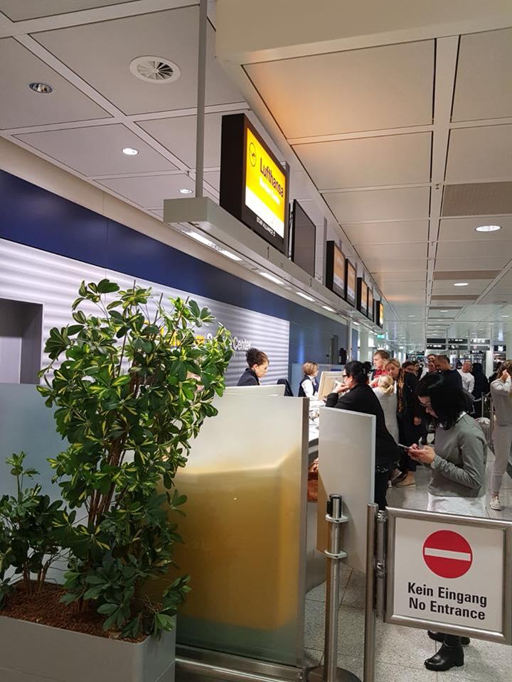 """De la Munchen în România, cu Lufthansa. Adriana Ghita: """"2 a.m.: scuze, dar noi în Germania nu zburăm noaptea. Asta știam și noi, dar ce ne-ai mai urcat în avion? ... Pustiu peste tot, doar noi românașii și câțiva străini rătăciți. Luați loc, mai luați o apă, hai și un kit-kat, hai și un măr; la 5 a.m. vin ai noștri la"""" .... 3"""