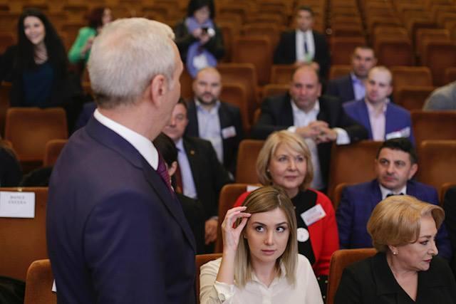 """Elena Vijulie: """"Multe lucruri s-au spus despre iubita lui Liviu Dragnea aşezată la Congres între primarul Capitalei şi ministrul de Interne ... În cazul de faţă, cuplul nu a apărut împreună în mod constant la evenimente publice ...Aşa ceva se întâmplă în ierarhiile de..."""" 3"""