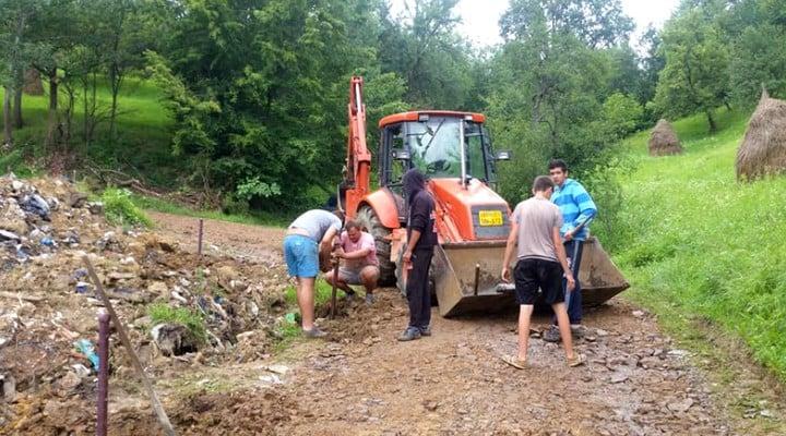 Sătenii dintr-o localitate din România s-au apucat singuri să-și facă drum. Au adunat bani și s-au apucat de lucru 2