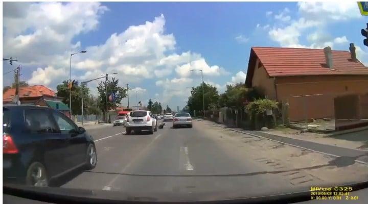 (Foto) O tânără bezmetică din România intră cu capul într-o mașină și cade inconștientă în mijlocul străzii 3
