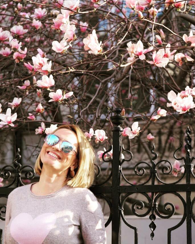 """Andreea Esca: """"Romania, te iubesc! """"Sunt in Wizz spre Londra. O doamna draguta ma roaga sa fac o fotografie cu baietelul ei , care imi ofera politicos si o bomboana cu lapte. Facem poza si ..."""" 1"""