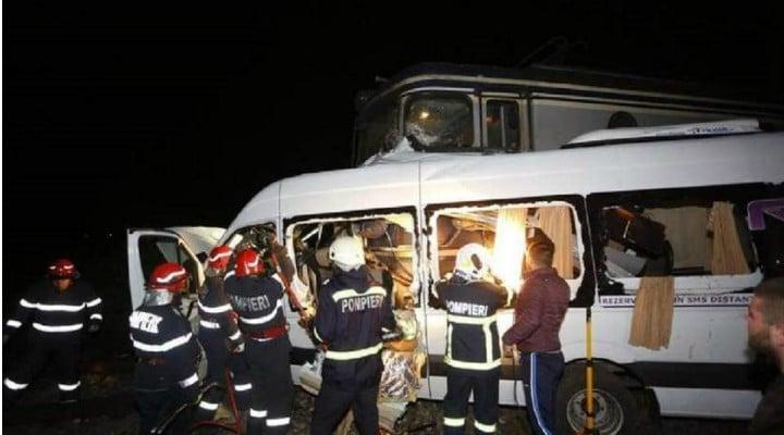"""Update. 4 morți, 12 răniți. O tânără a murit marți dimineața după ce un microbuz a fost spulberat de tren pe DN 2B. Pasagerii veneau din Germania. Martor: """"Am sunat, ne-au rugat persoanele respective pe care i-am scos să sunăm la familiile lor..."""" 1"""