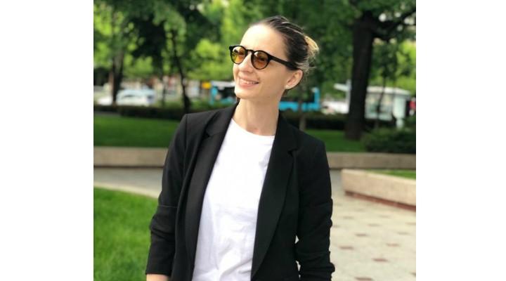 """Scrimera Ana-Maria Branza: """"Ochelarii Tesla cu lentile fulerene ...Am urât ochelarii de când mă știu...Celor care poartă ochelari de vedere sigur li s-a spus cel puțin o dată-n viață """"aragaz cu patru ochi""""... Apoi, după ce am mai crescut și m-am prins că-i cool (nici gând că ar fi sănătos) să porți ochelari de soare, mi-am strâns bănuții din deplasări și mi-am cumpărat unii """"de firmă"""" 😎 Erau cei mai ..."""" 1"""