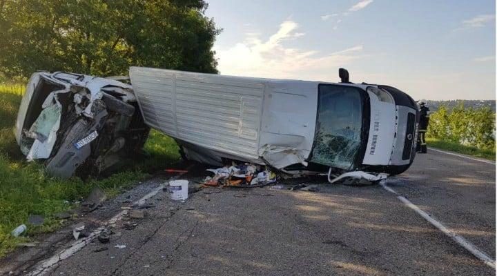(Foto) Accident violent! 7 răniți! Două microbuze de transport persoane, un TIR şi o maşină s-au ciocnit pe DN 2 1