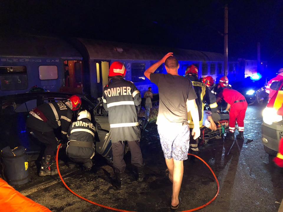 (Foto) Update. Accident ca-n filme: două mașini s-au tamponat pe DN 17, una a zburat pe linia ferată  și a fost lovită de locomotiva unui tren accelerat. 4 persoane rănite 1