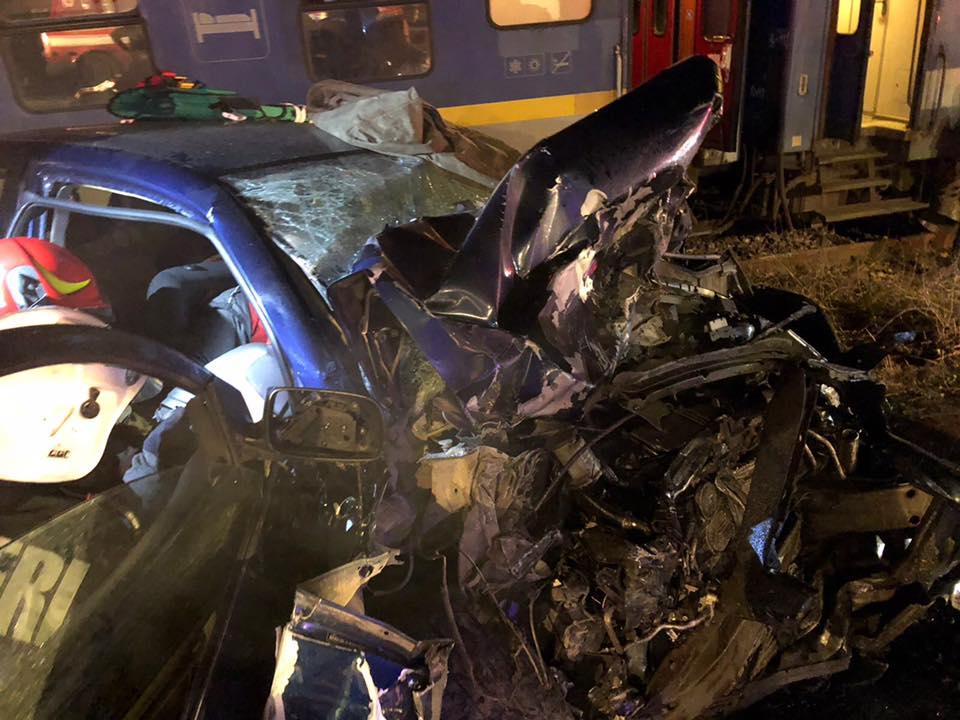 (Foto) Update. Accident ca-n filme: două mașini s-au tamponat pe DN 17, una a zburat pe linia ferată  și a fost lovită de locomotiva unui tren accelerat. 4 persoane rănite 2