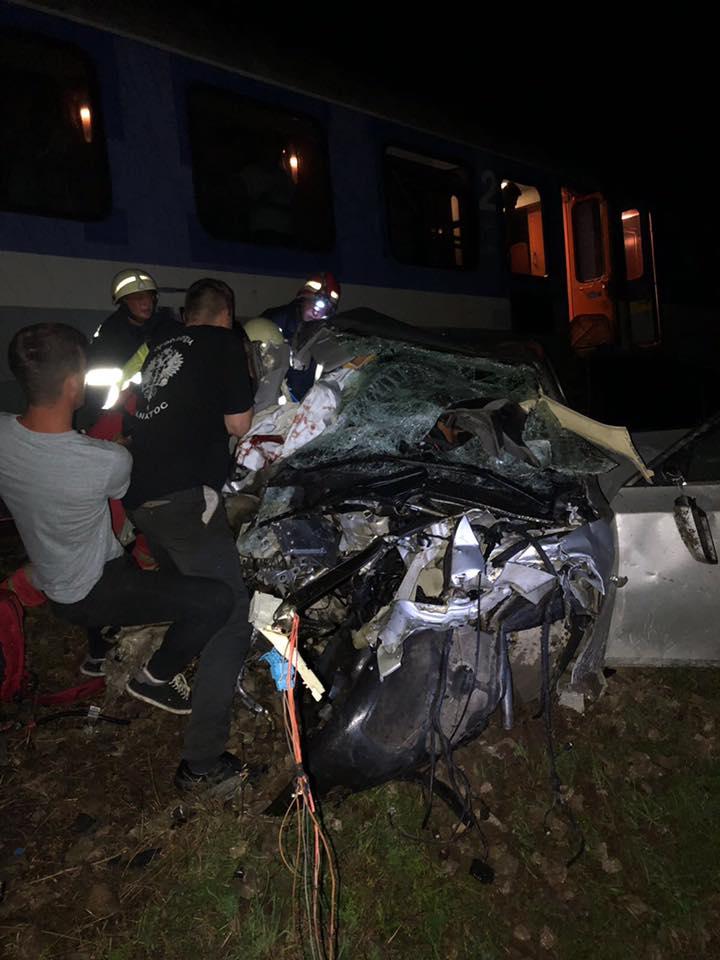(Foto) Update. Accident ca-n filme: două mașini s-au tamponat pe DN 17, una a zburat pe linia ferată  și a fost lovită de locomotiva unui tren accelerat. 4 persoane rănite 3