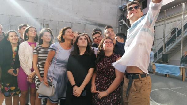 """(Foto/Video) Carmen Iohannis, elegantă în prima zi de școală. """"Mi-a fost foarte dor de ei, sper că și lor de mine…uite ce frumoși sunt…"""" 2"""