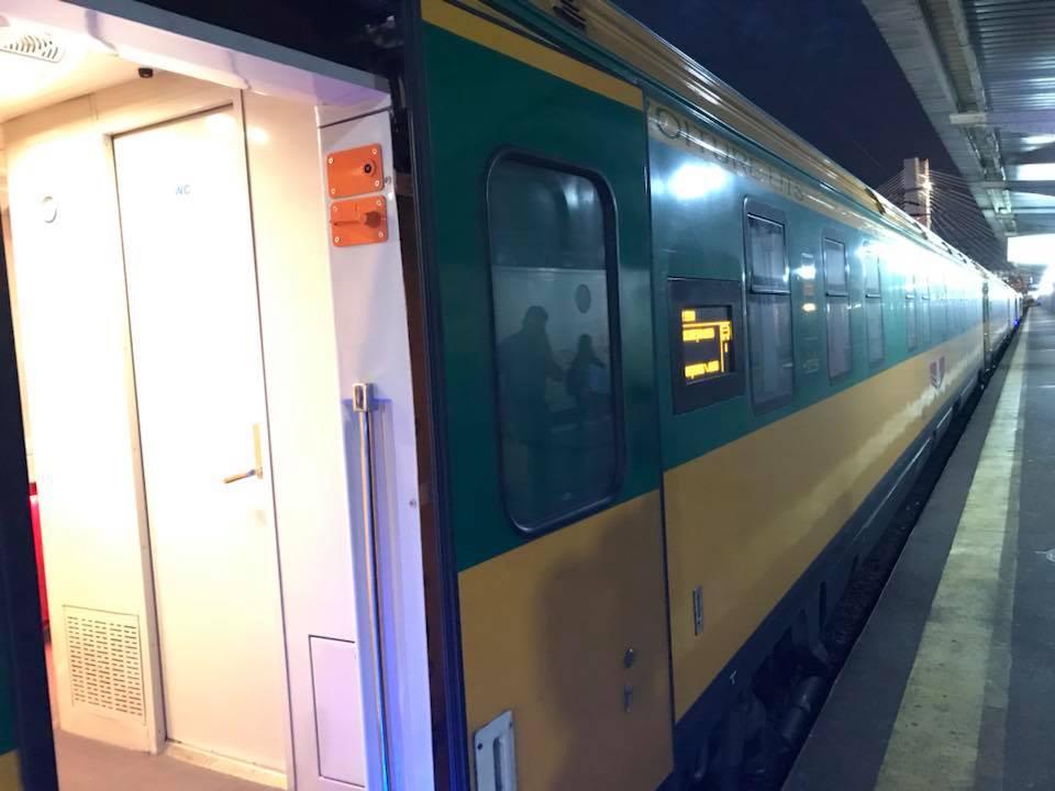 """(Foto) Tren superb din România. Vitalie Cojocari: """"Acum vreo două luni, în Gara de Nord am intrat într-un astfel de tren care pare să nu fie din România! Ei bine, este fix de la noi. Culmea e și produs în țara noastră..."""" 10"""