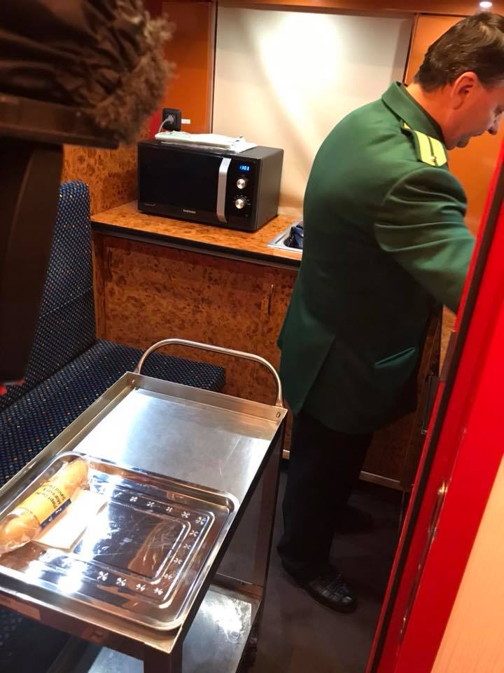 """(Foto) Tren superb din România. Vitalie Cojocari: """"Acum vreo două luni, în Gara de Nord am intrat într-un astfel de tren care pare să nu fie din România! Ei bine, este fix de la noi. Culmea e și produs în țara noastră..."""" 5"""