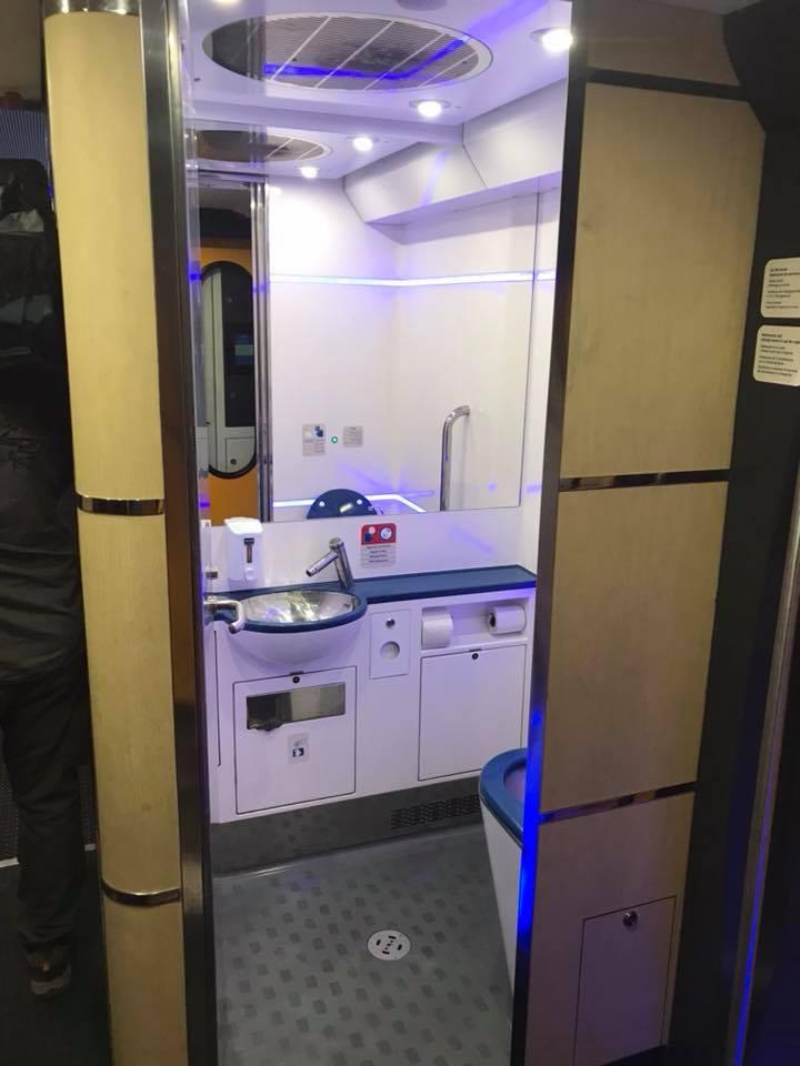 """(Foto) Tren superb din România. Vitalie Cojocari: """"Acum vreo două luni, în Gara de Nord am intrat într-un astfel de tren care pare să nu fie din România! Ei bine, este fix de la noi. Culmea e și produs în țara noastră..."""" 4"""