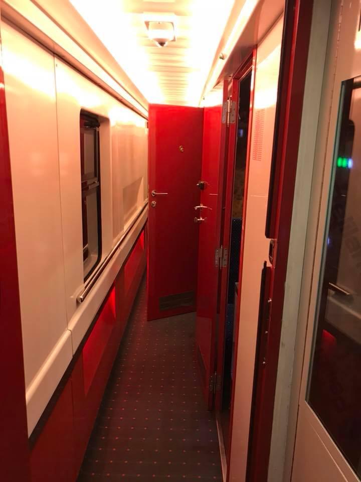 """(Foto) Tren superb din România. Vitalie Cojocari: """"Acum vreo două luni, în Gara de Nord am intrat într-un astfel de tren care pare să nu fie din România! Ei bine, este fix de la noi. Culmea e și produs în țara noastră..."""" 2"""