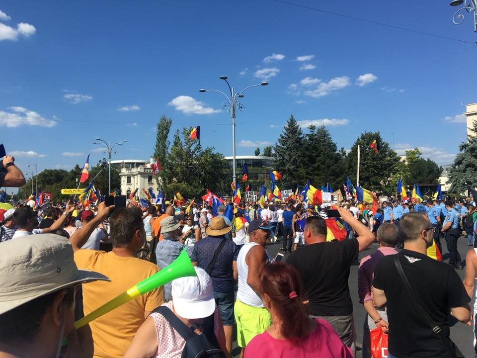 "(Foto) Protest Diaspora Romania. Trenuri blocate?! Mihaela Scîntei: ""Nu ma gandeam ca o sa ajung, am stat 4h30min in trafic ca sa parcurg 140 km Brasov- Bucuresti. Scopul nu era sa ajung la protest insa m-am gandit ca asa cum tata a iesit in 89 la protest, a contat, putin, dar a contat"" 1"