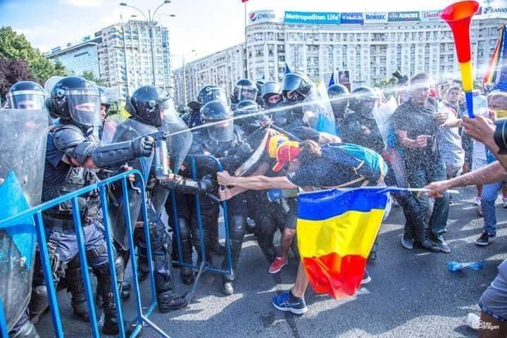 """(Foto) Protest Diaspora. Andreea Udrea: """"Wow, citesc acum ce s a intamplat la miting, mi a povestit si sor-mea care a fost acolo si sunt socata, nu imi vine sa cred in ce hal am ajuns! Jandarmeria e la cheremul unui condamnat penal si a uneia, care intr un stat normal, n ar fi ajuns niciodata, niciodata ..."""" 5"""