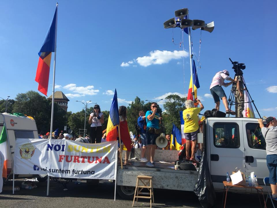 "(Foto) Protest Diaspora Romania. Trenuri blocate?! Mihaela Scîntei: ""Nu ma gandeam ca o sa ajung, am stat 4h30min in trafic ca sa parcurg 140 km Brasov- Bucuresti. Scopul nu era sa ajung la protest insa m-am gandit ca asa cum tata a iesit in 89 la protest, a contat, putin, dar a contat"" 2"