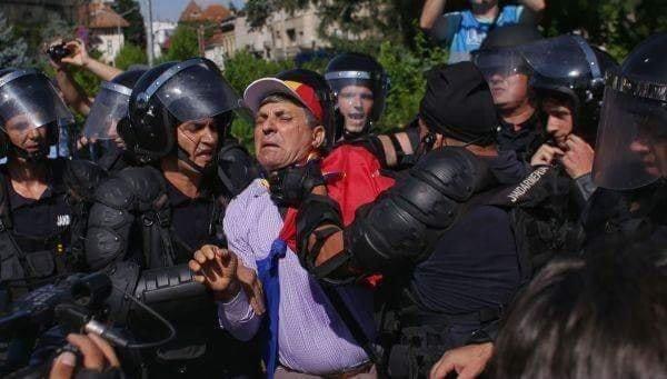 """(Foto) Protest Diaspora. Andreea Udrea: """"Wow, citesc acum ce s a intamplat la miting, mi a povestit si sor-mea care a fost acolo si sunt socata, nu imi vine sa cred in ce hal am ajuns! Jandarmeria e la cheremul unui condamnat penal si a uneia, care intr un stat normal, n ar fi ajuns niciodata, niciodata ..."""" 6"""